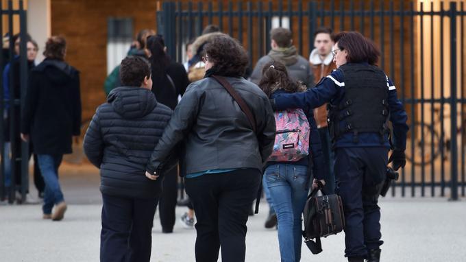 Vendredi, une gendarme accompagne une élève au collège Christian Bourquin à Millas.