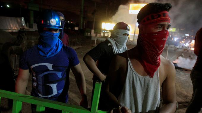 Des manifestants bloquent une route à Tegucigalpa, dimanche.
