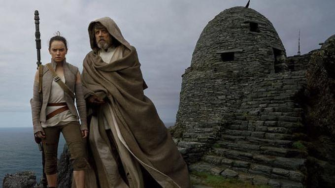 L'épisode VIII, <i>Les Derniers Jedi</i>, repart exactement de cette dernière image de l'épisode VII, où Daisy Ridley (Rey) tend son sabre laser au vieux maître Luke, dubitatif...