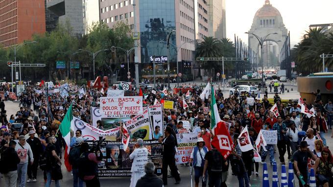 Des opposants à la nouvelle loi manifestent à Mexico, jeudi 21 décembre, quelques jours après son adoption par le Parlement.