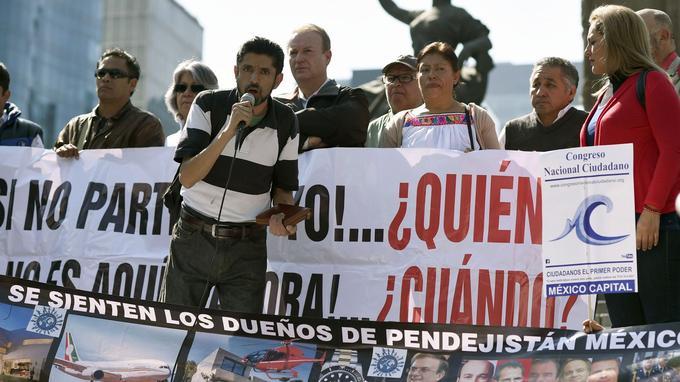 Des manifestants scandent des slogans à Mexico, le 15 décembre, pour demander aux députés de ne pas voter la nouvelle loi.