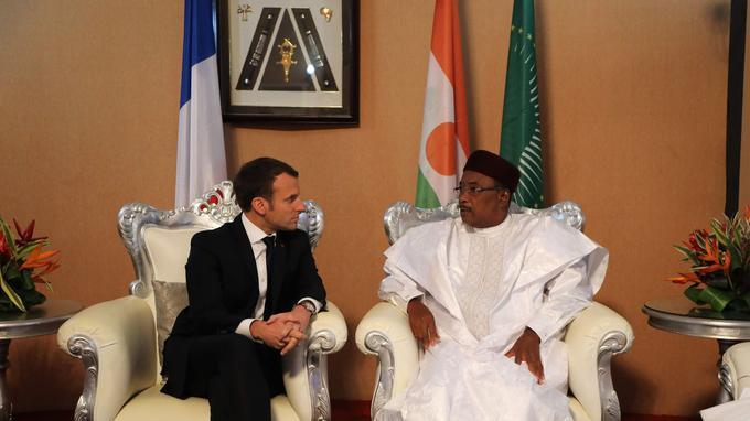 Emmanuel Macron avec son homologue nigérien, Mehamadou Issoufou, à son arrivée à l'aéroport de Niamey.