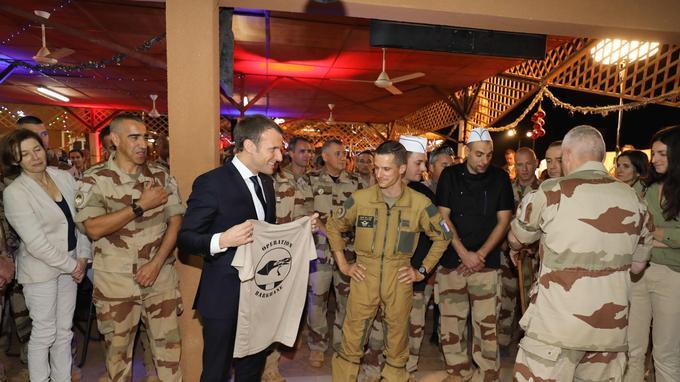Le chef de l'État a reçu un T-Shirt «opération Barkhane».