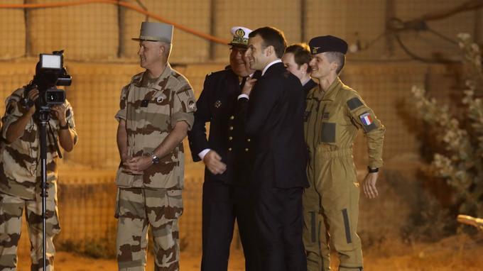 À son arrivée à Niamey, Emmanuel Macron accueilli par le Général Bruno Guibert, commandant l'opération Barkhane.