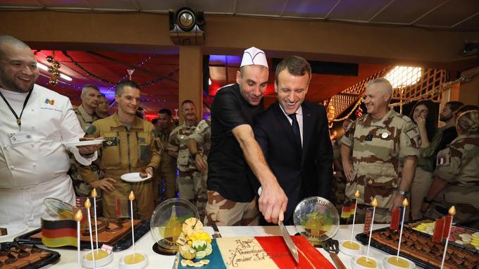 Emmanuel Macron a coupé, avec un peu d'aide, le gâteau tricolore.