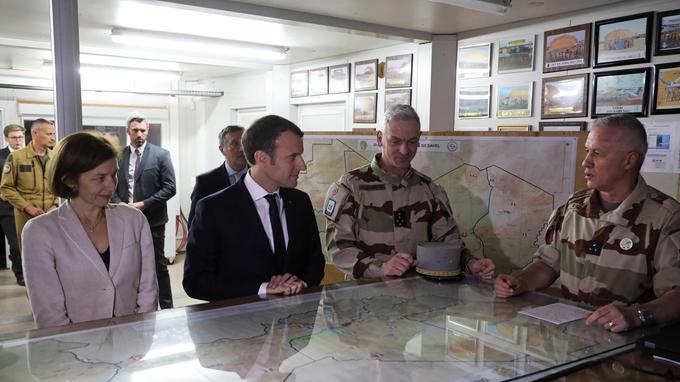 Le président de la République et la ministre des Armées, Florence Parly, devant des cartes du Sahel.