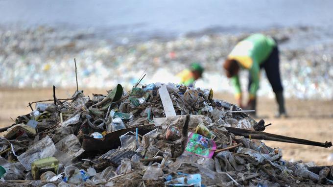 Des déchets de milliers de tonnes jonchent le sable des plages indonésiennes