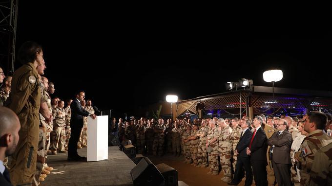 Au Niger, où le président de la République a réveillonné avec des centaines de soldats français, Emmanuel Macron a annoncé que «l'effort sera maintenu, fortement» en 2018 pour lutter contre les groupes djihadistes au Sahel.