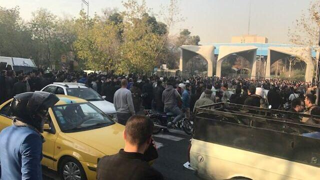 Des manifestants près de l'université de Téhéran.