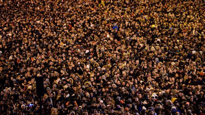 «Bonne ambi» dans la capitale avec des centaines de milliers de personnes réunies dans les Champs-Elysées.