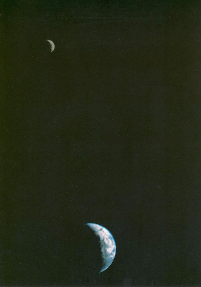 <b>1977 -</b> La sonde Voyager 1 prend ce cliché à plus de 11 millions de kilomètres de la Terre. La Lune est au second plan. C'est la première fois qu'un vaisseau spatial réalise une telle image.