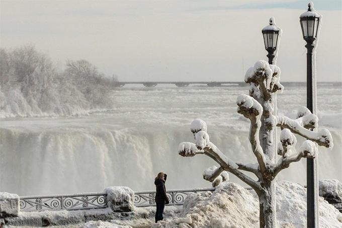 Les touristes sont venus voir de leurs propres yeux les chutes du Niagara, en partie gelées.