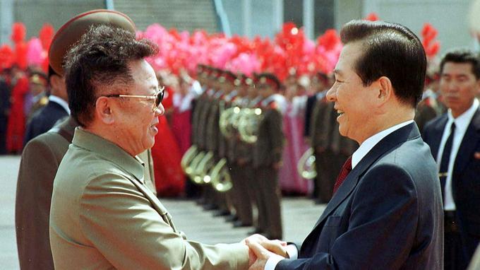 Premier sommet intercoréen en 2000 entre Kim Jong-il et Kim Dae-jung.