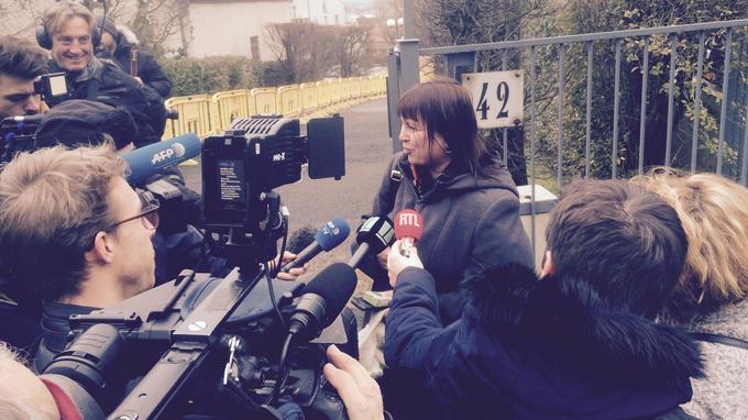 Frédérique répondant aux questions de la presse.