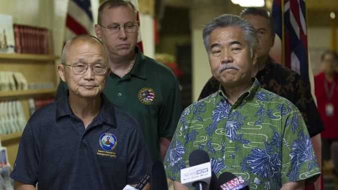 Vern Miyagi, directeur de l'EMA (à gauche) et le gouverneur David Ige, durant la conférence de presse.