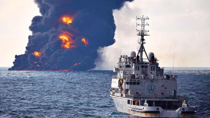 Un bateau pompier chinois a été envoyé au secours du pétrolier iranien Sanchi afin de tenter d'éteindre le feu.