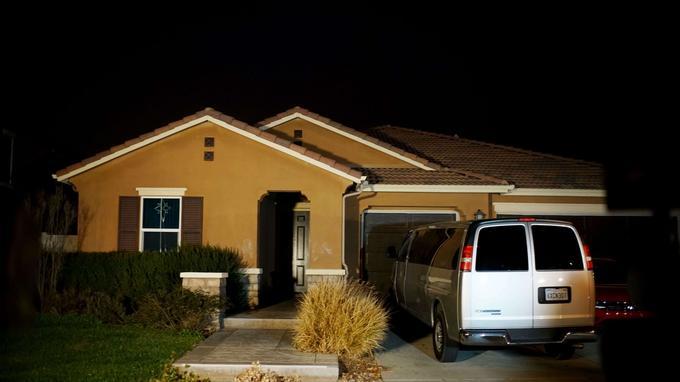 La maison familiale, située dans un quartier résidentiel nouvellement loti, est située à Perris, à deux heures au sud-est de Los Angeles.