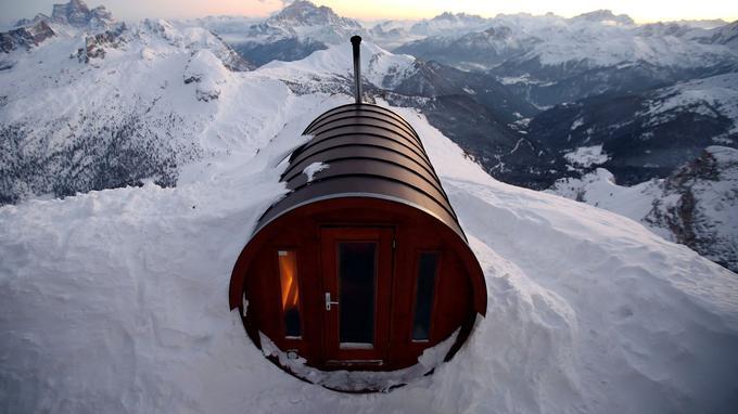 Le sauna est perché au sommet de la montagne, à près de 3000 mètres d'altitude.