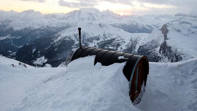 Le sauna offre une vue panoramique sur le massif des Dolomites.