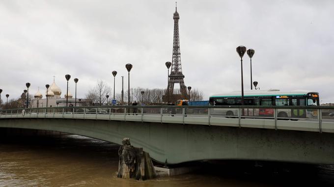 Le zouave du pont de l'Almaa de l'eau jusqu'aux genoux.