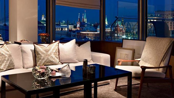 Le bar du 10e étage du Park Hyatt Ararat offre une vue sur le Kremlin et sert d'excellent club sandwichs.