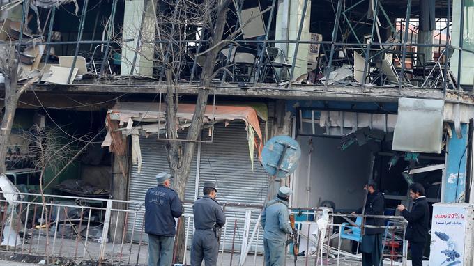 Sur les lieux de l'attentat, les enquêteurs inspectaient toujours dimanche.