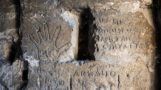Les graffitis sur les murs du fort Saint-André.