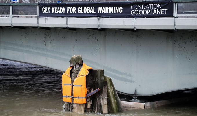 «Get ready for global warming» («Préparez-vous au réchauffement climatique»), pouvait-on lire sur la banderole noire déployée sur le pont, au-dessus de la statue.