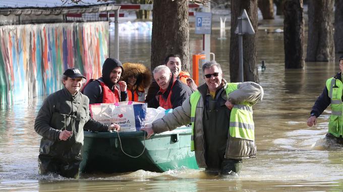 Les équipes de secours se déplacent en barque pour évacuer les habitants de Gournay-sur-Marne (Seine-Saint-Denis), le 2 février.