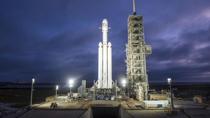 Falcon Heavy sur son pas de tir, à Cap Canaveral.