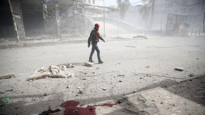 Un homme essaie de trouver refuge juste après les frappes du régime ce mardi à l'est de la Ghouta.