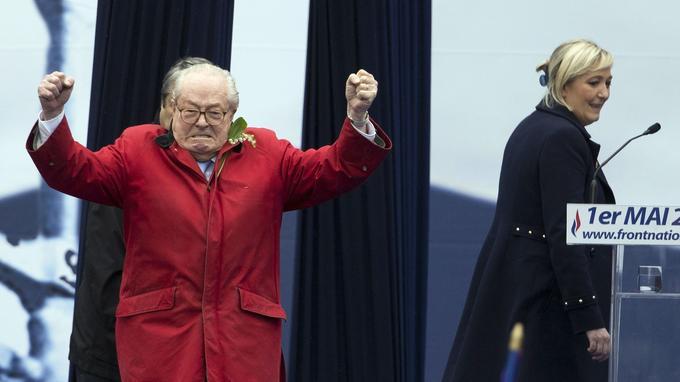 Jean-Marie Le Pen s'invitant sur la tribune quelques minutes avant le discours de Marine Le Pen.