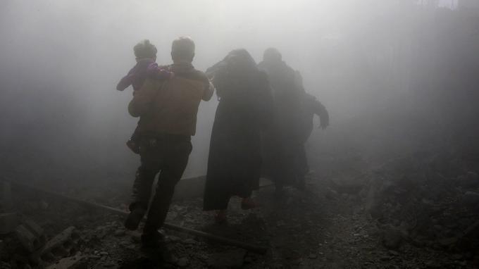 Une famille tente de fuir les raids le 8 février.