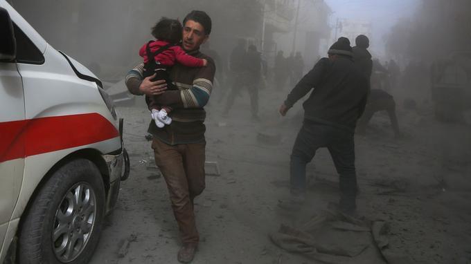 Les nouveaux bombardements aériens ont visé plusieurs localités de la Ghouta dont Douma et Arbine, tuant au moins 13 civils, selon l'Observatoire syrien des droits de l'Homme (OSDH).