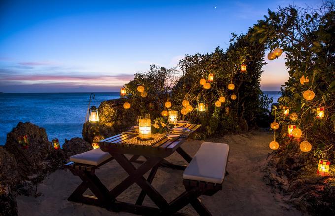 Dîner privé aux lampions sur le sable du luxueux resort Amanpulo dans la province de Palawan