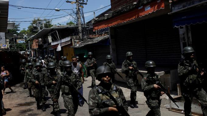 L'armée brésilienne dans les favelas de Rio.