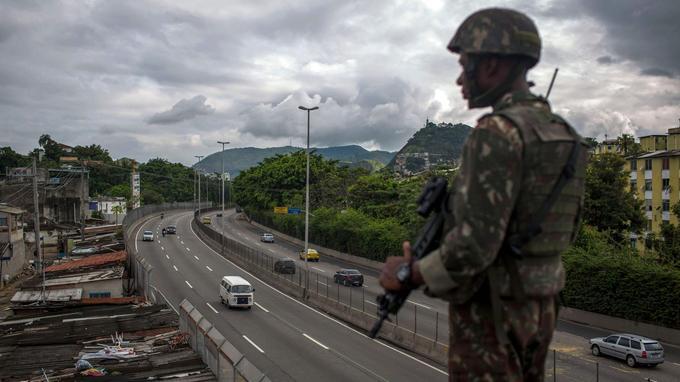 Un soldat s'est posté sur un pont à Rio de Janeiro.