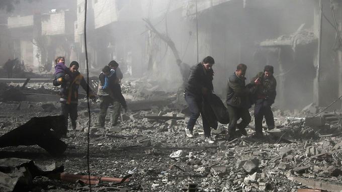 En Ghouta orientale, les civils paniqués cherchent à s'abriter des frappes.