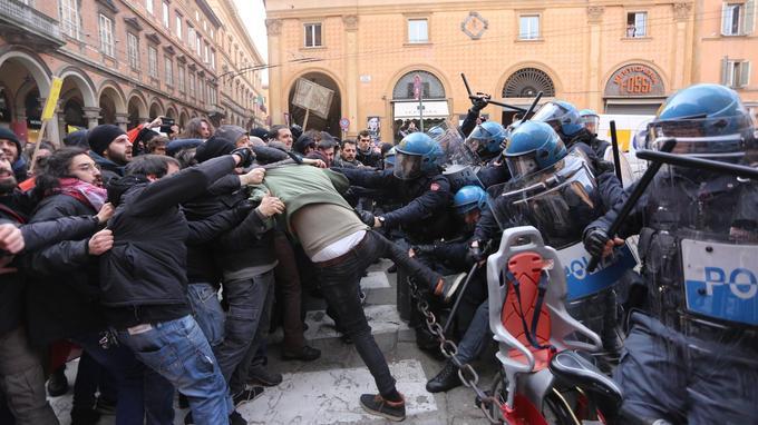 Heurts entre policiers et manifestants d'extrême gauche, protestant contre un rassemblement d'extrême droite à Bologne, le 16 février dernier.