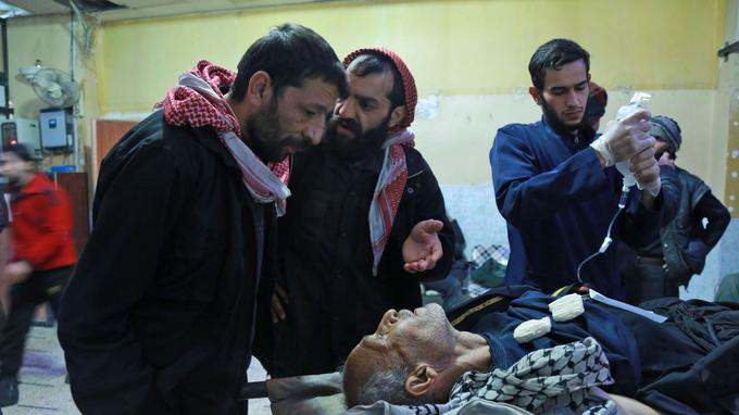 Un homme blessé est soigné dans un hôpital de fortune à Douma, le 2 mars.