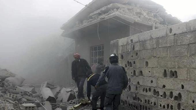 Des «Casques blancs» syriens secourent des survivants après un bombardement le 2 mars.