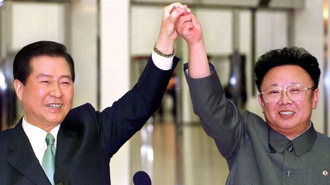 Kim Dae-jung et Kim Jon-il lors de leur rencontre en 2000.
