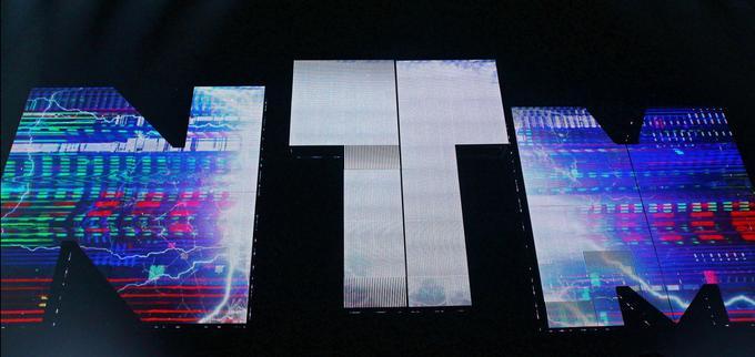 L'introduction du spectacle est grandiose, qui voit leur logo descendre des cintres avec force sons et lumières.