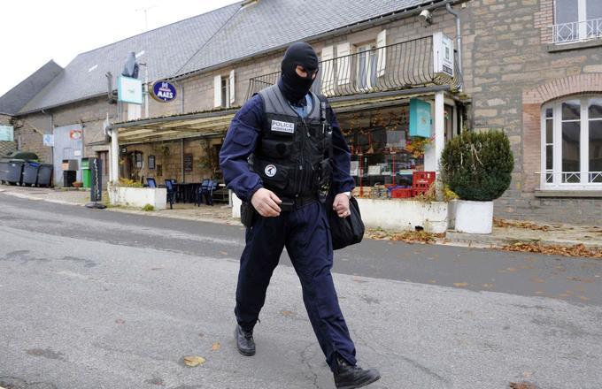 Le 11 novembre, le petit village de Tarnac est investi par la police. Ici, devant l'épicerie du village, gérée par le groupe de jeunes.
