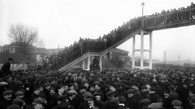 Assemblée de cheminots grévistes à Villeneuve en 1920.