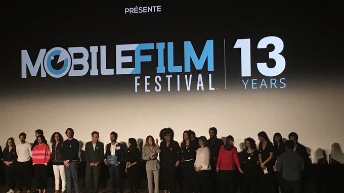 Jury et lauréats réunis sur scène pour les applaudissements de fin.