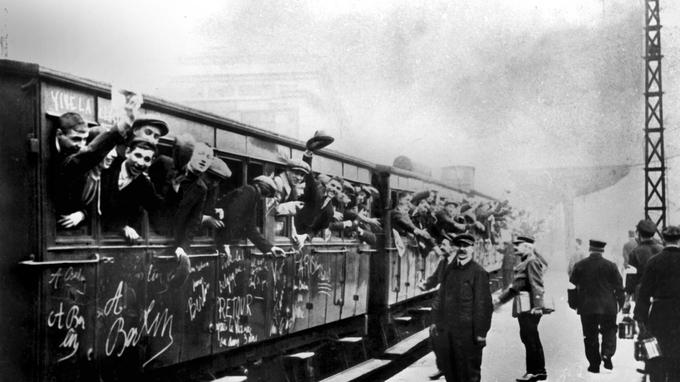 Départ des appelés pour rejoindre le front pendant la Grande Guerre.