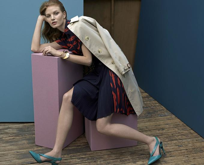 Chemise et jupe <b>Givenchy</b>, bracelets <b>Charlotte Chesnais</b>et chaussures <b>Roger Vivier.</b><br/>Vintage: trench Burberry chez Resee.