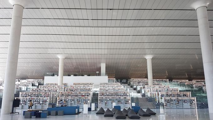 L'intérieur de la bibliothèque conçue par l'architecte Rem Koolhaas, à Doha.