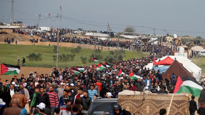 Les manifestants le long de la frontière entre la bande de Gaza et Israël ce vendredi.